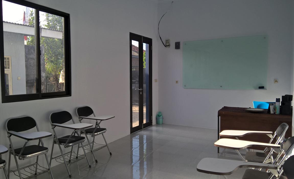 Ruang kelas full AC lengkap dengan papan tulis kaca